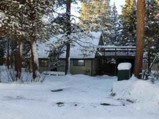 1207S-Woodsy cabin with fenced backyard, close to skiing and trail access, South Lake Tahoe