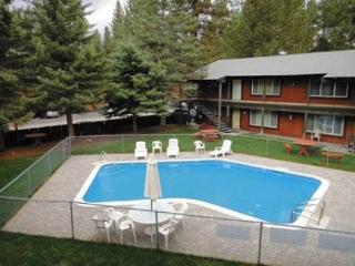 3604T-Quiet condo complex with a summer pool, walk to restaurants, half block to