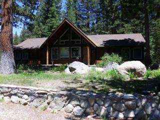 3075E-Fantastic riverfront cabin, relax on the back deck overlooking the river with BBQ and Hot Tub, Kyburz