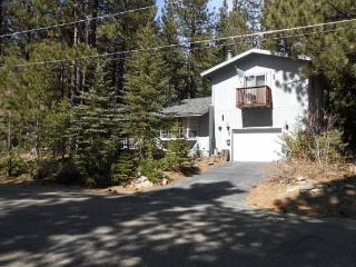 763K-Mountain Cabin with big sleeping loft area and hot tub, nice wooded area, South Lake Tahoe
