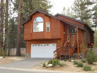 V2-Large Tahoe cabin style home, close to all Tahoe activities, wonderful hot tub, back patio area, South Lake Tahoe