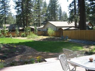V23-Fantastic Tahoe cabin near the Lake with fenced backyard, hot tub, pets allo