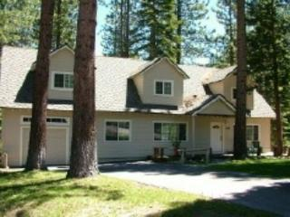 V9-Tahoe Retreat - large lot, spacious living area, back deck with hot tub! Clos