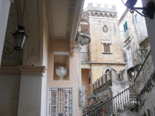 Brigitte: 2p, in palace 1700, 5min. walk to beach, Tropea