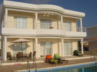 4 beds , 3 bath villa10 mins walk to St Georges., Peyia