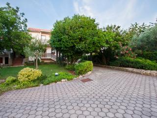 Walnut Tree 80 m2 sunny apartment, Porec