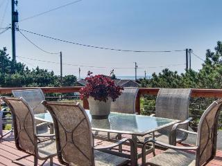 Ocean view, easy beach and bay access, dog friendly, deck., Waldport