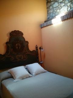 Habitación de matrimonio con cabezal de cama policromado (llits d'Olot)