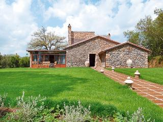 Between vineyards and rolling hills, this delightful and rustic farmhouse was recently renovated. HII VIG, Umbrië