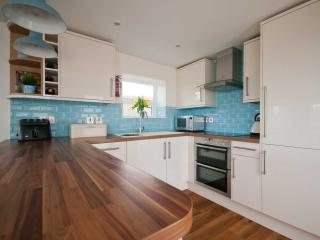 Fully fitted, high gloss kitchen with NEFF appliances and washer/dryer
