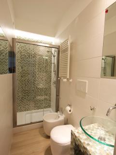 il bagno: delizioso funzionale e con ampia doccia