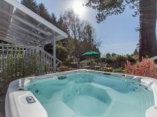 Relaxing Coastal Getaway - Walk to Moonstone Beach & Soak in the Hot Tub!