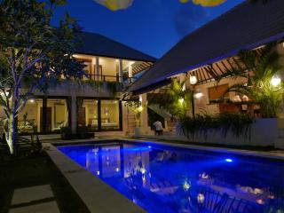 Beautiful Central Sanctuary 4 masters, 12M Pool, Seminyak
