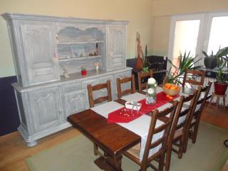 Salle à manger dans laquelle sera servi un succulent petit déjeuner compris dans le prix