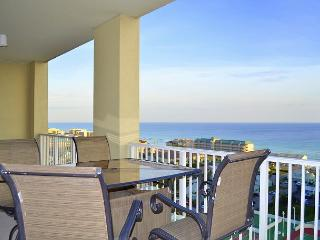 Stay right across from the beach in this beautiful, spacious unit w/balcony!, Miramar Beach