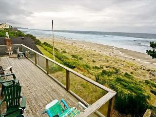 Amazing Luxury Oceanfront Home w/ hot tub, 1/2 block from Beach Access., Lincoln City
