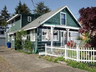 Charming Home and Large Garden Right On Siletz Bay, Lincoln City