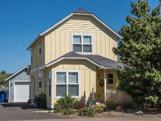Sunny Charming Cottage has Two King Beds Near the Ocean, Lincoln City