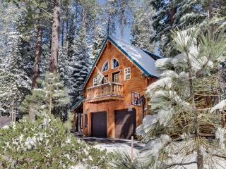 Family & dog-friendly retreat w/private hot tub & ping-pong table & shared pool!, Truckee
