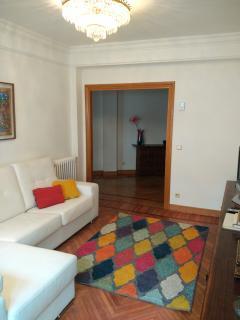 Gran salón con sofá 280m y TV