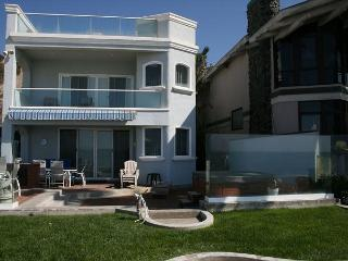 Beautiful Large Family Style Beach House on the Sand with Hot Tub! 485, Dana Point
