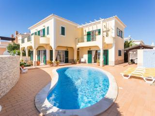 Sunflower villa, 3 bedroom, private pool, 500m from Porto de Mós - FREE WIFI, Lagos