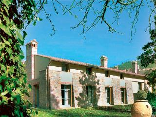 Located in Valdarno, the cornerstone of this estate is a restored convent from the late 17th century. HII MAG, Florencia