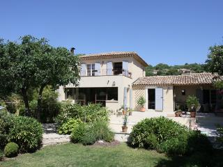 Stunning 3 Bedroom House with a Pool and Grill, Villa YNF BAM, Grasse