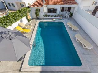 Freshly Renovated Apart. with pool & Great location, 5 minutes from beach