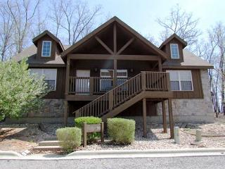 Tomahawk Cabin - Rustic 2 Bedroom, 2 Bath Lodge at lovely Stonebridge Resort!, Branson West