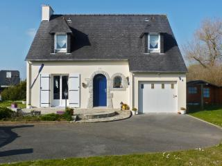 Enchanting villa in the Finistère with garden & WiFi, 20min from Quimper, 50 metres from Larvor beach, Loctudy