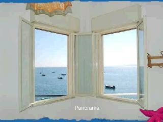 Vista  camera da letto due finestre sul mare più porta finestra sul terrazzo