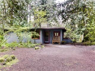 Elegant and dog-friendly with private hot tub & riverfront views