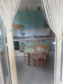 stanza da pranzo con cucina