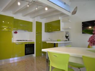 Cucina con forno e lavastoviglie/Kitchen with oven and dishwasher