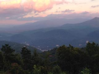 2 BR 2Bth condo, sleeps 4 with mountain views, Gatlinburg