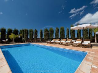 VILLA HADI - Private HEATED Pool, HOT-TUB & WIFI, Peyia