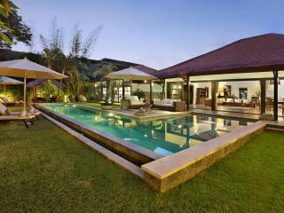 LUXURY! 4 BEDROOM! 1000 sqm! MASSIVE VILLA!! SEMINYAK WITH HUGE POOL/NEAR BEACH!, Seminyak