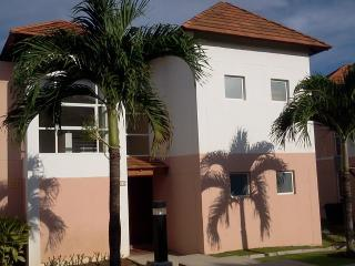 Townhouse in Decameron, Farallon beach, Farallón (Playa Blanca)
