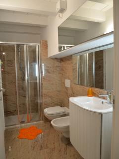 Il bagno con la doccia/The bathroom with the shower