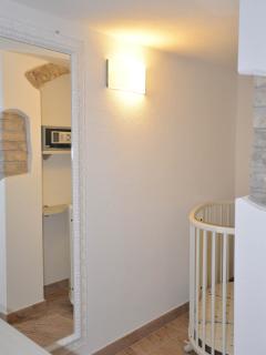 La stanzina con culla-lettino adiacente alla camera matrimoniale/The small room suited for a cot