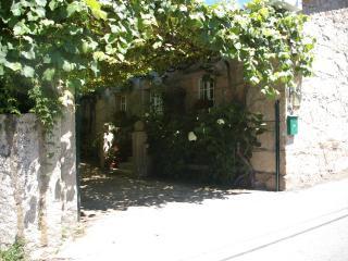 Casa rustica con finca ajardinada