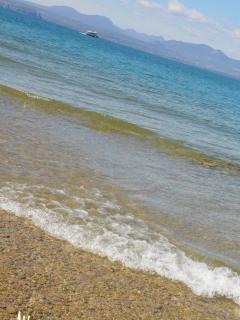 L'acqua limpida del Lago di Garda/The clear water of Gardalake