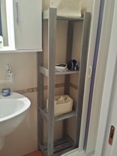 Bagno con WC,bidet e box doccia con colori provenzali