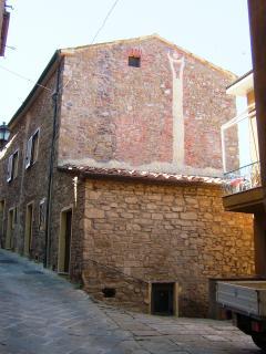 Esterno della casa sul vicolo che porta al castello