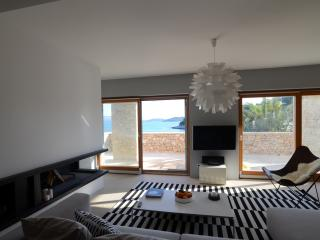 PEACEFUL BEACHFRONT LUX VILLA, Stomorska