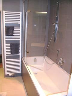 Badewanne mit Rain-Dance-Dusche, Handtuchwärmer, großem Waschtisch, sep. abgetr. WC