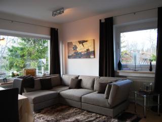 Wohnzimmer mit Designersofa mit integriertem Doppelbett 1,80 m breit!