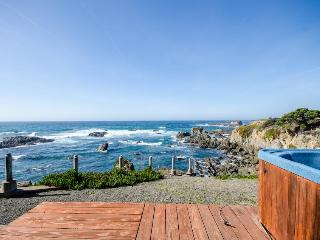 Oceanfront condo w/ furnished deck, terrific views, hot tub - walk to the beach, Fort Bragg