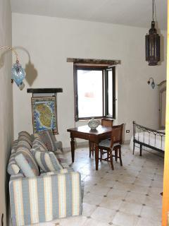 Monolocale con letto matrimoniale e un comodo divano letto per il 3° ospite.